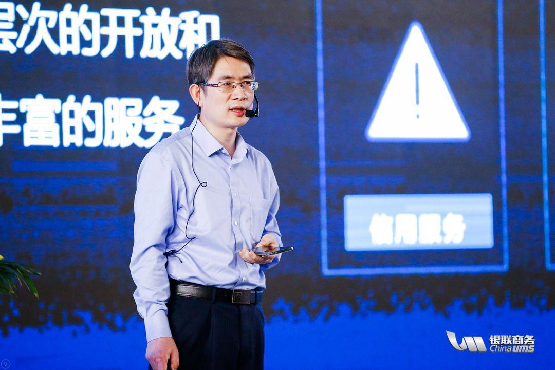 由银联商务股份有限公司主办的银联商务开放平台发布会于6月22日在上海科技馆成功举行,圆满落幕。 发布会以银河互联 赋新未来为主题,浩瀚银河、互联共享,用创新赋能美好新未来。银联商务开放平台提供的全方位的数据、信息、资源构建出超级体量的信息资源空间,正是浩瀚的数字银河。中国特色社会主义进入了新时代,顺应时代主旋律,银联商务也将迎来全新未来。 整个活动现场的布置是银河星空式氛围,现场接待人员身着宇航员制服,参会人员可持登机牌式的入场券,由星空布景通道以及舰队舱门入场,特邀嘉宾以战舰按钮正式启动发布仪